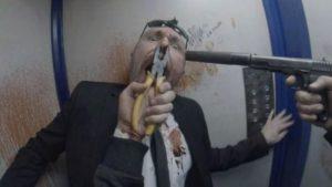 pistola puntata alla testa di uomo scena film hardcore